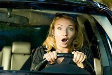 Девушка испуганно ведет машину