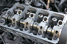 Крупный план современного дизельного двигателя, распредвала и клапанов.