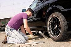 Замена пробитого колеса на автомобиле