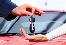Девушка берет ключи от арендованой машины