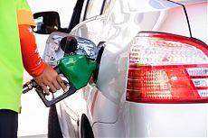Автозаправщик заправляет автомобиль топливом