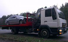 Эвакуатор МАН перевозит аварийный автомобиль Мерседес