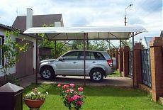 Внедорожник возле гаража на даче