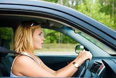 Перепуганная девушка за рулем автомобиля