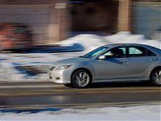 Автомобиль на зимней дороге в городе