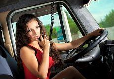 Женщина за рулём грузовика