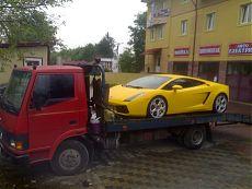 Желтый Ламборджини (Lamborghini) на эвакуаторе
