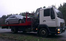 Легковой автомобиль с разбитым передком на платформе эвакуатора МАН