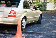 Девушка учится парковать автомобиль