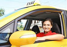 Женщина-таксист за рулем такси