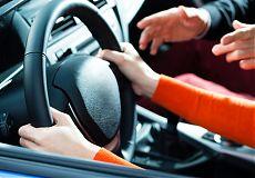 Начинающий водитель за рулем автомобиля