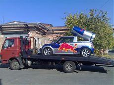 Автомобиль с логотипом RedBull на АвтоЭвакуаторе