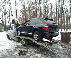 Черный Porsche Cayenne на эвакуаторе