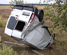 Белый бус Renault перевернут в кювете