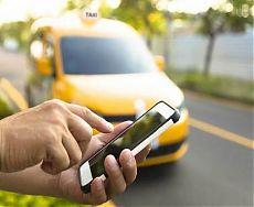 Мужчина вызывает такси со своего телефона
