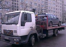 Эвакуатор перевозит Автомобиль Мицубиси