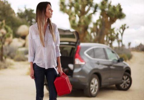 Девушка возле машины с канистрой для топлива