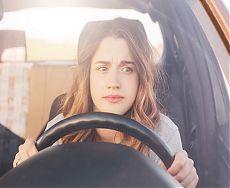 Девушка начинающий водитель за рулём