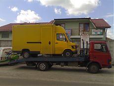 Желтый грузовой микроавтобус марки Мерседес (Mercedes)