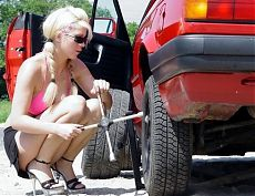 Блондинка меняет колесо